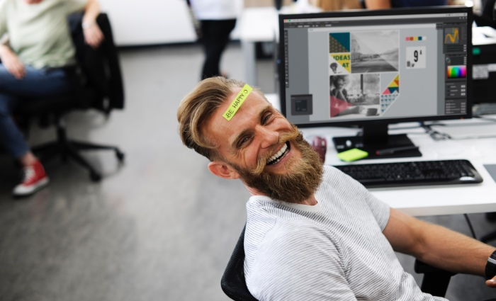 Mann-Happy-Work-Büro-Lachen